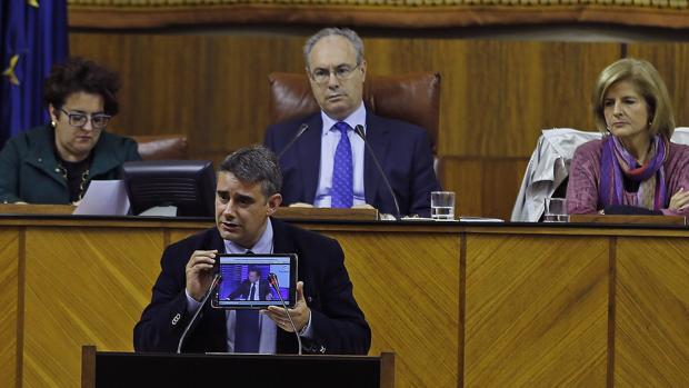 El diputado de Podemos, Juan Ignacio Moreno Yagüe hablando en la tribuna del Parlamento