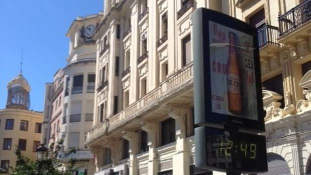 La plaza de Las Tendillas, con dos relojes marcando diferentes horas