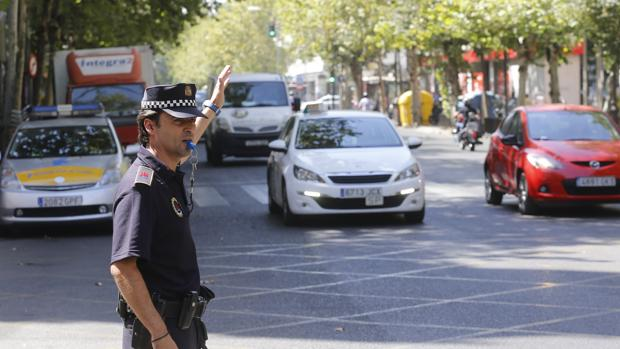 Un agente dirige el tráfico en Ronda de los Tejares