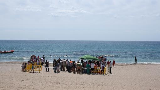 Escolares participando en junio en una suelta en la playa