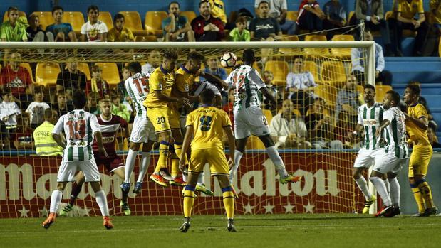 La defensa del Córdoba CF, en el partido del martes ante el Alcorcón