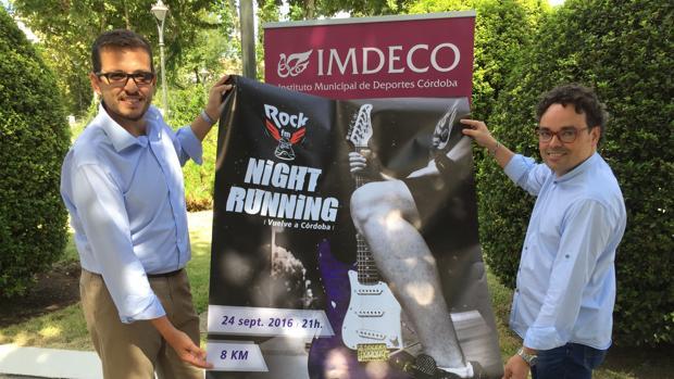 El director de Cope, Gabriel López, y el presidente del Imdeco, Antonio Rojas, con el cartel de la prueba