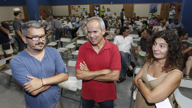 Tres de los concejales de Ganemos Córdoba durante una asamblea anterior