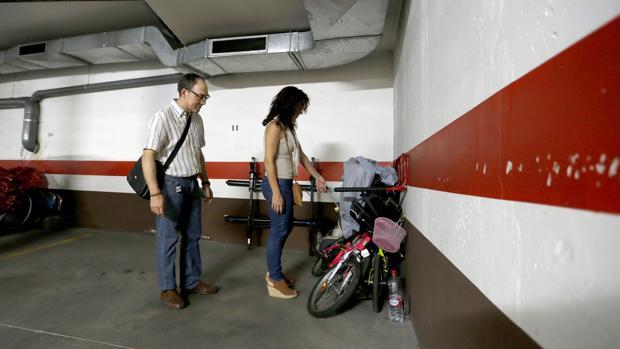 Interior del garaje con las cadenas de las bicicletas forzadas
