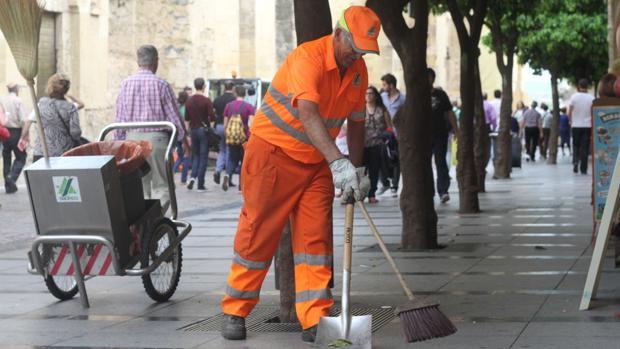 Un trabajador de Sadeco, en las inmediaciones de la Mezquita-Catedral