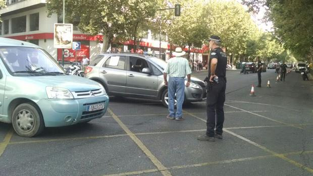 Parcelistas y Policía Local en la avenida Ronda de los Tejares