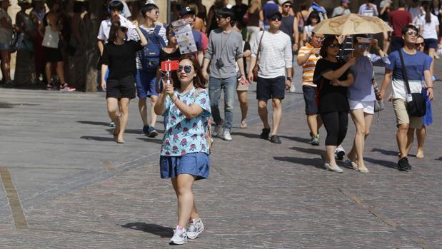 Una turista por el centro monumental de Córdoba