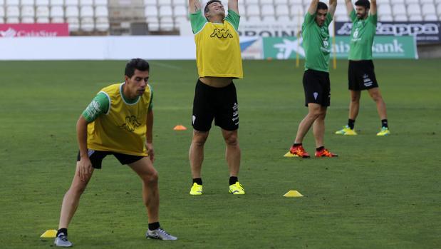 Carlos Caballero realiza ejercicios de calentamiento