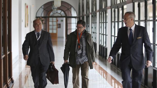 José Sivianes (en el centro), en los pasillos del Parlamento andaluz