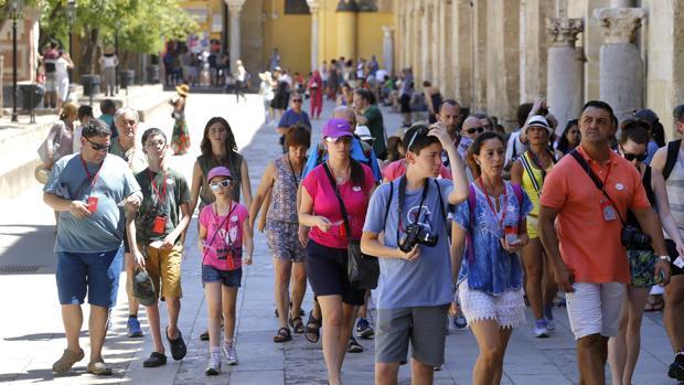 Turistas pasean por el Patio de los Naranjos de Córdoba en agosto pasado