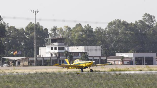 Avioneta estacionada en el aeropuerto de Córdoba