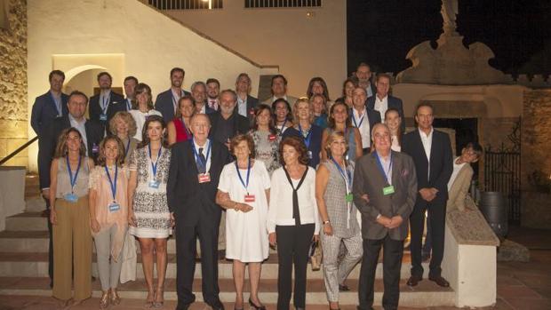 Foto de familia de los asistentes al acto