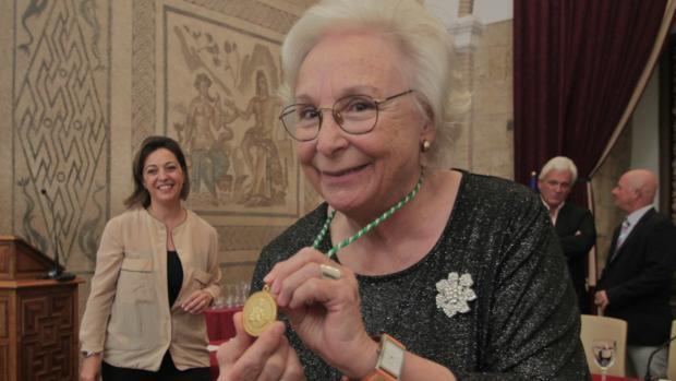 La homenajeada, con su medalla