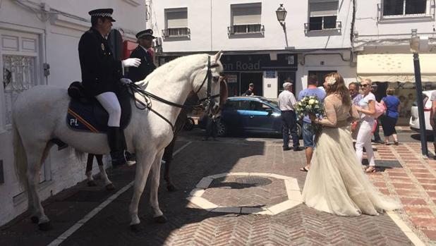 Agentes de la Policía Local de Marbella durante la polémica escolta que hicieron en una boda