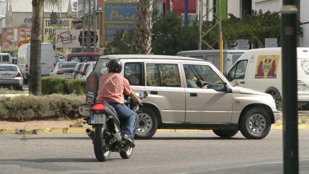 Tráfico en una rotonda del Polígono de Las Quemadas de Córdoba