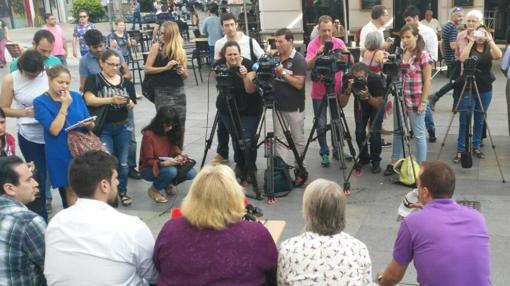 Medios cubriendo la presentación de «Andalucía Plaza a Plaza»;