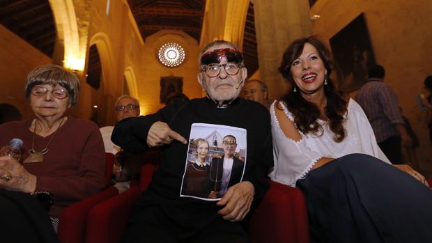 Fernando Arrabal junto a su mujer y la concejal de Cultura, Mar Téllez