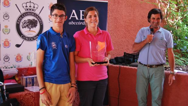 José María Alberti y Marta de la Roja, con su trofeo de ganadores