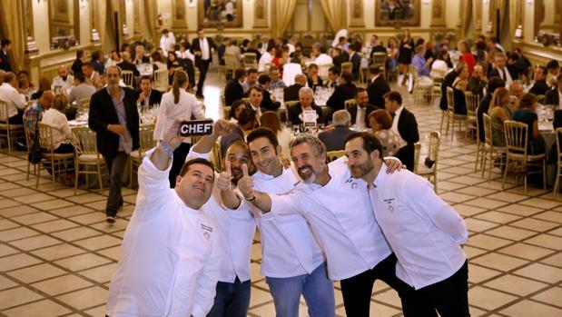 Cocineros y comensales del evento de alta cocina realizado en el Real Círculo de la Amistad