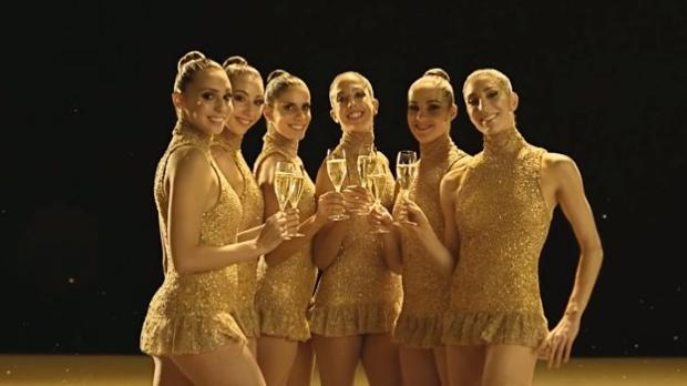 Lourdes Mohedano, tercera por la izquierda, brinda como «burbuja» Freixenet