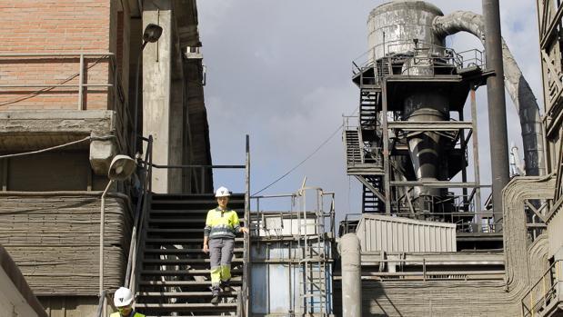 Trabajadores de Cosmos en la fábrica de la cementera