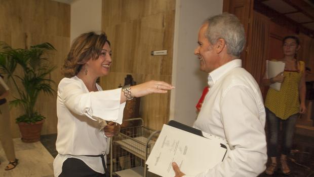 Isabel Ambrosio saluda al líder de Ganemos Córdoba, Rafael Blázquez