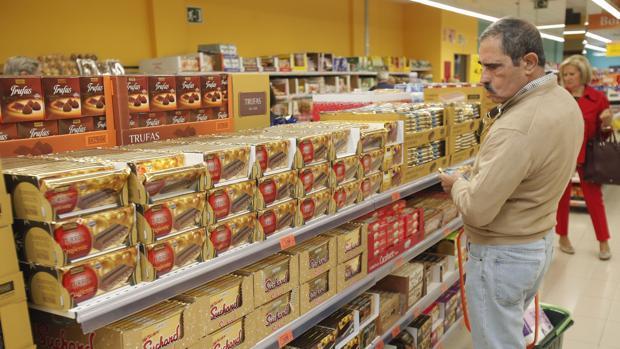 Un usuario mira un lineal en un supermercado de Córdoba