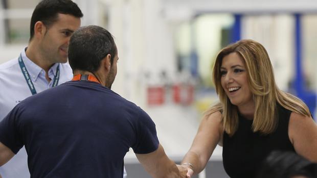 Susana Díaz saluda a unos trabajadores durante su visita a la planta de Airbus en Puerto Real (Cádiz)