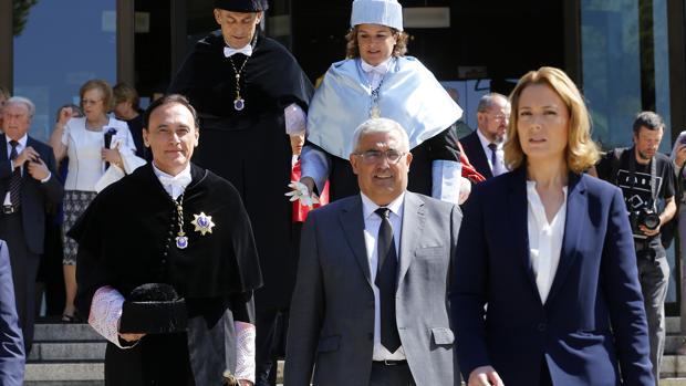 El rector de la UCO, Gómez Villamandos, junto al consejero de Economía