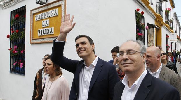 Sánchez, junto a Durán e Isabel Ambrosio en un paseo por San Basilio