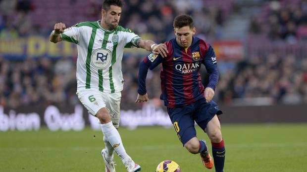 Luso persigue a Messi en el Barcelona-CórdobaCF en el Camp Nou