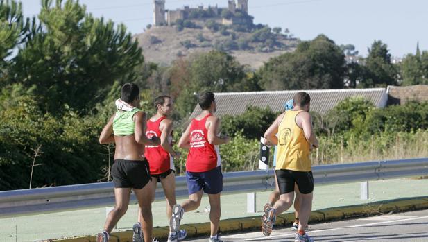 Varios corredores trotan en la Media Córdoba-Almodóvar con el castillo al fondo