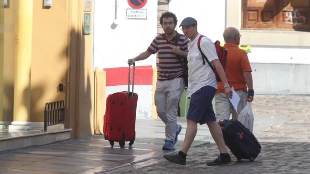 Dos turistas llegan a un hotel de Córdoba
