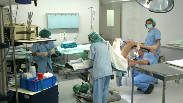 Una mujer en el paritorio de un hospital