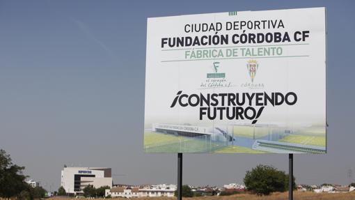 Cartel de la Ciudad Deportiva frustrada en el Parque del Canal