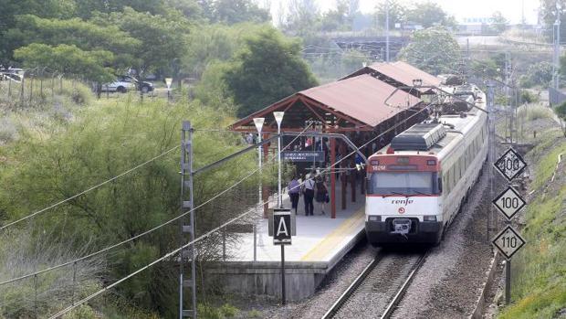 Un tren de Cercanías llegando a Rabanales