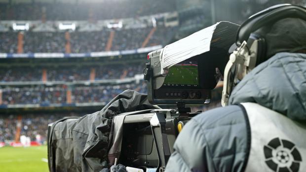 Un operador de cámara, durante la retransmisión de un partido de Liga