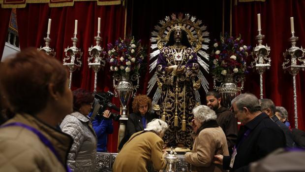 Cristo de Medinaceli en devoto besapiés