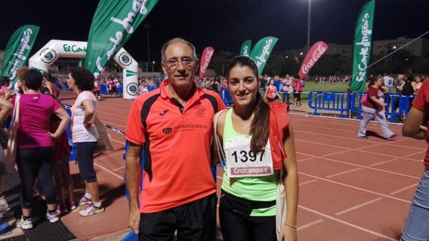 Pilar junto a su padre, en el estadio de El Fontanar en septiembre de 2015, semanas antes de que él falleciera