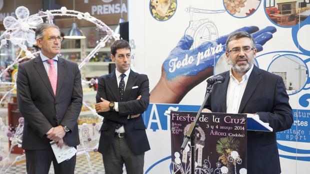 Bartolomé Madrid, en primer término, alcalde de Añora, presentando un evento de su pueblo en Córdoba