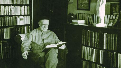 Pío Baroja, en la biblioteca de su casa