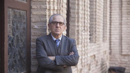José Manuel Cuenca Toribio, en el patio de la Facultad de Filosofía y Letras