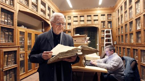 Manuel Nieto Cumplido, en el archivo de la Catedral