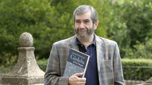 Antonio Muñoz Molina, con un ejemplar de «Córdoba de los omeyas»