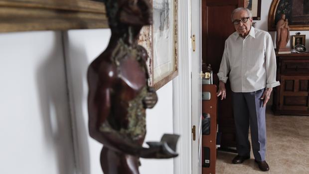 El poeta Pablo García Baena, en su casa de Córdoba