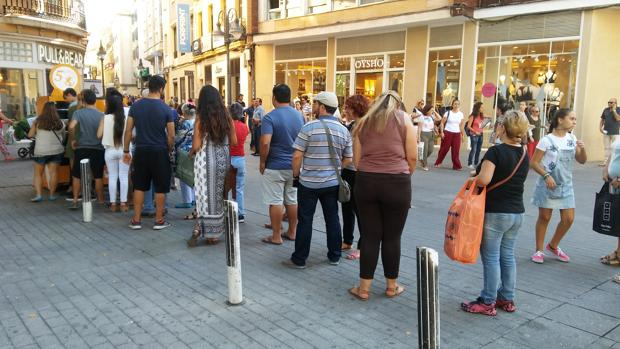 Cordobeses a la espera de su turno para tomar el café a cinco euros