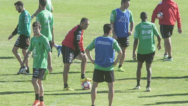 El entrenador del Córdoba, José Luis Oltra, en el centro de un entrenamiento
