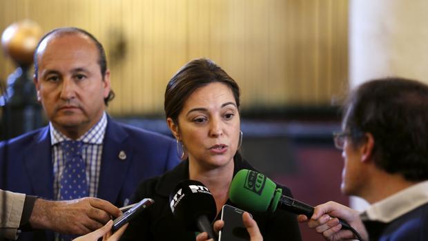 La alcaldesa, Isabel Ambrosio, ante los periodistas