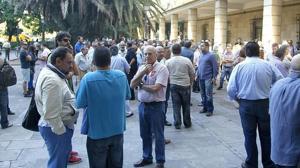 Un grupo de sindicalistas increpa a Alaya antes de marcharse a un restaurante de lujo