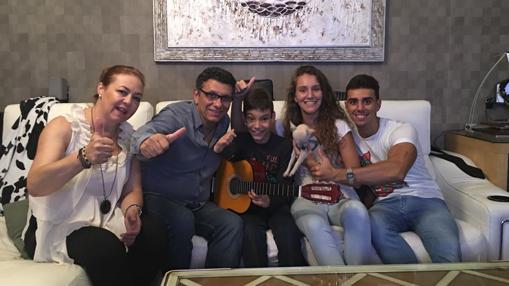 Adrián con su familia